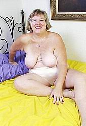 bbw granny spreading and showing pink